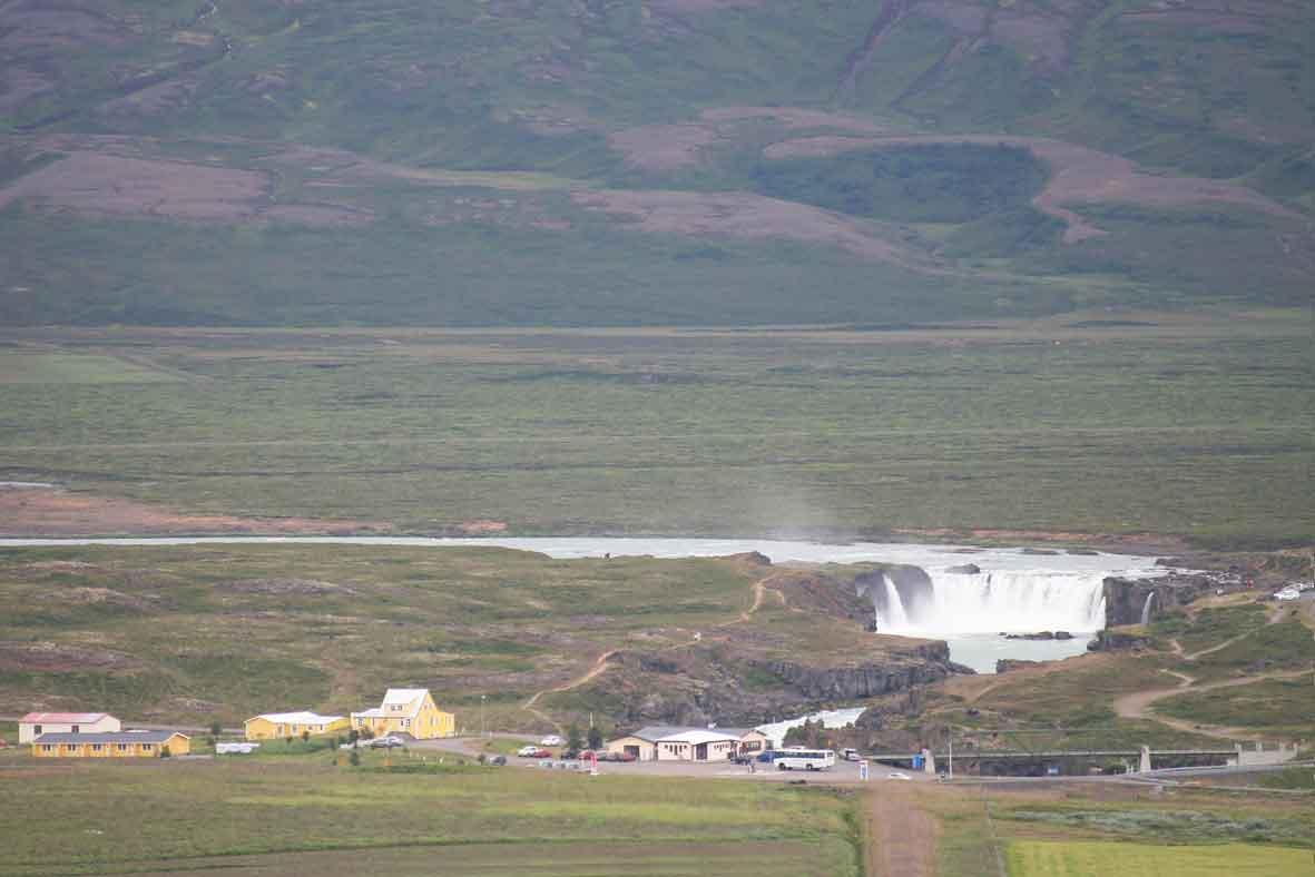 In der Ferne: Goðafoss