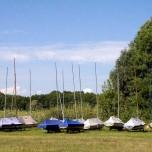 Zahlreiche Seegelboote an Land
