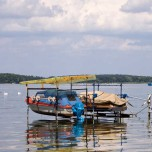 Aufgehängte Boote auf dem Schwielochsee