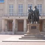 Deutsches Nationaltheater mit Gothe-Schiller-Denkmal