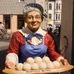 "Kloß-Marie vor dem Restaurant ""Scharfe Ecke"""
