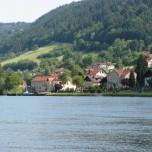 Blick über die Donau auf Wesenufer