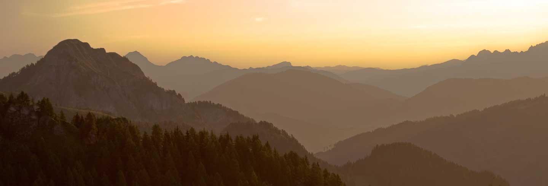 Gegenlicht vor dem Sonnenaufgang über den Alpen