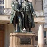 Goethe-Schiller-Denkmal vor dem Deutschen Nationalthater Weimar