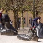Versinkender Riese mit spielenden Kindern am Frauenplan