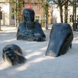 Versinkender Riese - Skulptur am Frauenplan