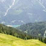 Blick auf einen See im Tal