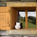 Fensterdekoration an der Almhütte