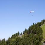 Paragleiter in den Alpen