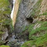 300 Meter Felswand vom Grund der Klamm nach oben