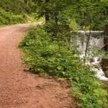 Staustufe und Wanderweg