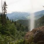 Blick durch den Schleierwasserfall ins Land