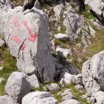 Hinweiszeichen auf dem Stein