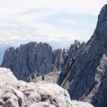 Felsen des Wilden Kaisers, dahinter Alpen