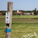 Radweg F5 - Verkehrt herum angebrachter Hinweis bei Reesdorf