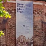 Mangelwirtschaft - Plakat an der Stadtpfarrkirche bittet um Spenden