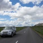 Auto auf einsamer isländischer Straße