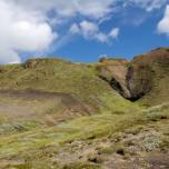 Blauer Himmel über isländischer Landschaft