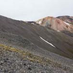 Der Brennende Berg Brennisteinsalda hinter dem Geröll des Vulkans Bláhnúkur