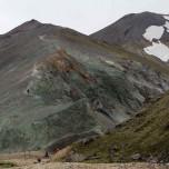 Grüner Felsen am Fuße des Vulkans Bláhnúkur