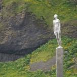 Voyage / För / Reise - Skulptur am schwarzen Stand von Vik i Myrdal
