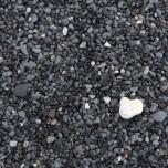 Schwarzer Strand und weißer Stein