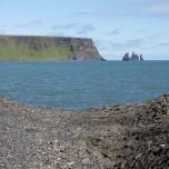 Blick zu den Felsnadeln Reynisdrangar vor Vik i Myrdal