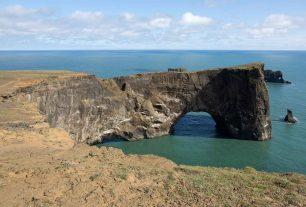 Halbinsel Dyrholaey mit Felsentor im Süden von Island bei Vik i Myrdal