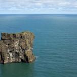 Fels im Meer im Süden Islands