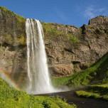 Wasserfall Seljalandsfoss mit Regenbogen