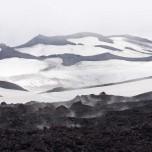 Dampfende Lava und Schnee am Kegel des Eyjafjallajökull III