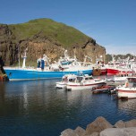 Schiffe im Hafen von Heimaey
