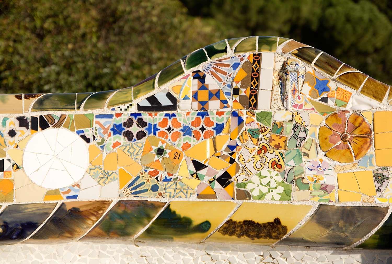 Farbenfrohes Detail im Park Güell in Barcelona