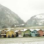 Bunte Häuser vom Glacier Express aus