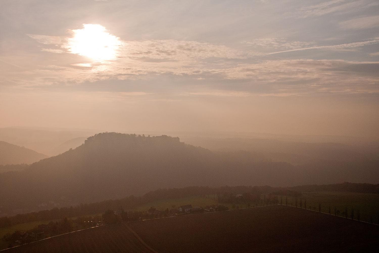 Königstein in Dunst und Gegenlicht