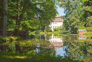 Branitzer Park: Blick über den Schwarzen See auf Fischbalkon und Schloss