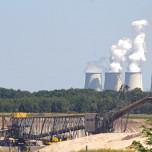 Abraumbagger vor Kohlekraftwerk