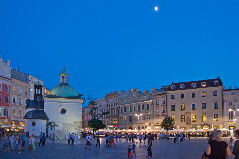 Adalbertkirche mit Mond