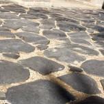 Historisches Pflaster unter dem Arco dei Gavi