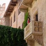 Julia auf dem Balkon II