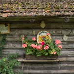 Dekoration an Holzwand