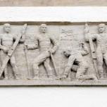 """""""Durch Kampf zum Sieg"""" -Tafel mit Figuren und Schrift über einem Eingang zum Olympiastadion"""