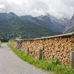 Holzstapel am Rand des Wanderweges
