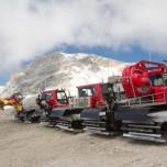 Rote Kettenfahrzeuge mit Schneeschieber