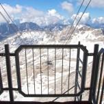 Blick von der Zugspitze auf das Zugspitzplatt mit Seilbahnstation