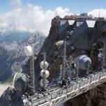 Sendeanlagen auf der Zugspitze, im Hintergrund der Gletscher Höllentalferner
