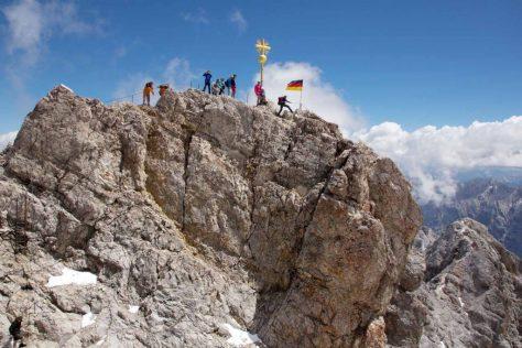 Auf der Zugspitze am Gipfelkreuz ganz, ganz oben