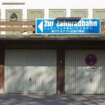 """Schild """"Zur Zahnradbahn"""""""
