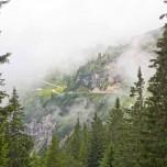 Wanderweg auf dem Kreuzeck im Nebel