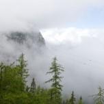 Wolken, Nebel und blauer Himmel in den Alpen